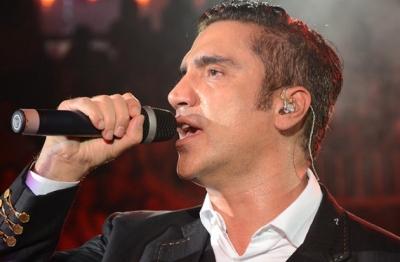 Alejandro fern ndez recibe disco de platino famosos express for Espectaculos chismes famosos